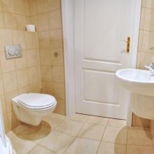 W każdym pokoju wpełni wyposażona łazienka z ubikacja i prysznicem.